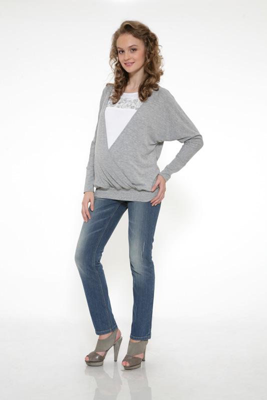 Еще одно фото модели в джинсах и джемпере.